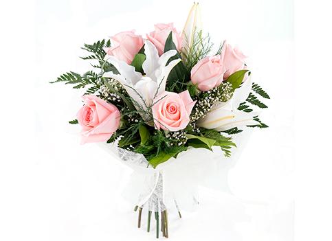Ramo de rosas y lirios en tonos suaves