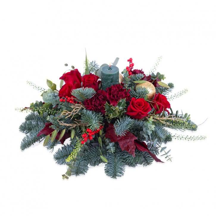 Arreglo navideño con rosas en tonos rojos