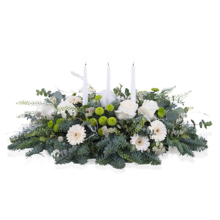 Centro navideño con verdes y tonos blancos