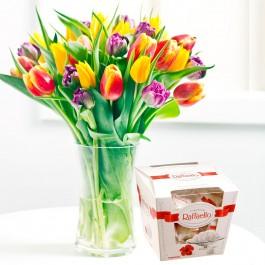 Ramo de tulipanes de temporada  con chocolates Raffaello, LT#578A Ramo de tulipanes de temporada  con chocolates Raffaello