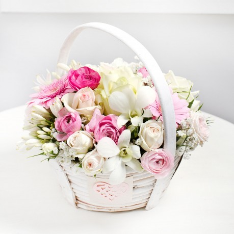 Basket arrangement in light colours, Basket arrangement in light colours