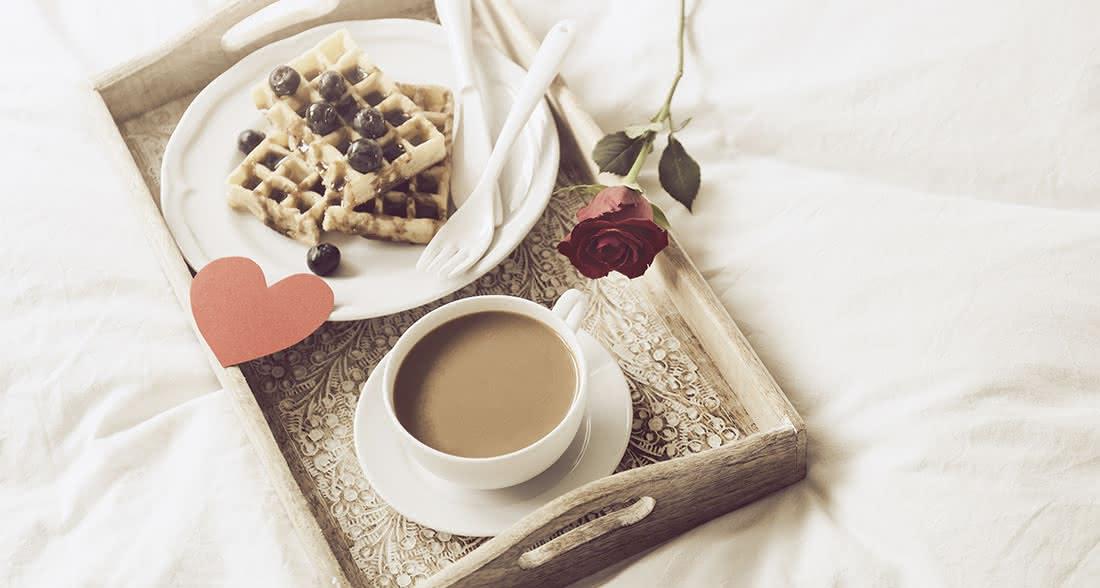 Desayuno en la cama y una rosa roja en San Valentín