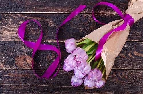 Regala flores el 8 de marzo junto a alguna de estas frases