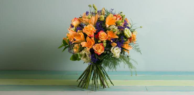 Enviar ramo de rosas y liliums en tonos naranjas