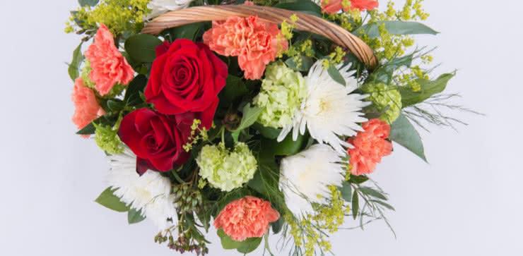 Enviar una cesta viarada con rosas