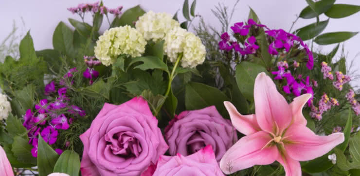 Enviar una cesta con rosas y liliums